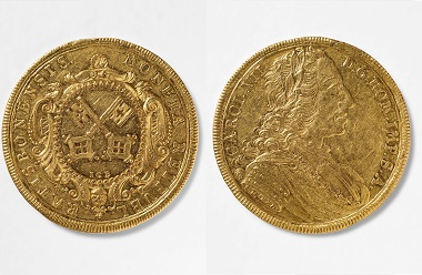 Regensburg. 5 Dukaten, 1740/1745. Auf dem Avers wieder die Stadtschlüssel, der Revers zeigt Kaiser Karl VII. Foto: Stefan Effenhauser.