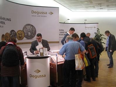 Auch Degussa war mit einem Stand auf der 47. Internationalen Basler Münzenmesse vertreten.
