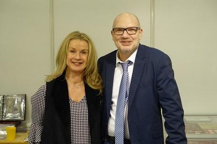 Und ein freundliches Lächeln haben alle Münzhändler für ihre Kunden, ob Udo Helmig mit seiner Gattin, ...
