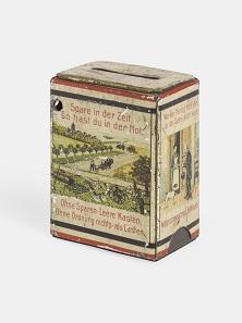 Heimsparbüchse mit Sprüchen und Bildmotiven, um 1900. © Historisches Archiv der Erzgebirgssparkasse Schwarzenberg. Foto: Thomas Bruns.