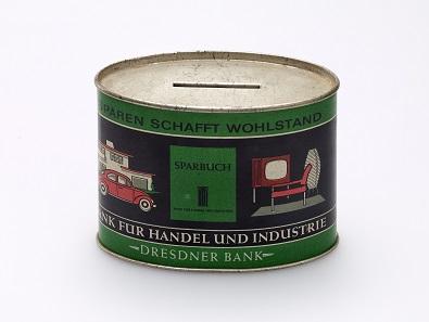 """Blech-Spardose mit Werbeaufdruck der Dresdner Bank """"Sparen schafft Wohlstand"""", nach 1949. © Deutsches Historisches Museum."""