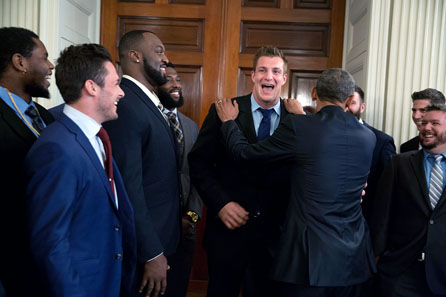 How important American-Football is in the US you are seeing here: President Obama greets Rob Gronkowski as representative of the victorious team of the Super Bowl XLIX in 2015. Photo: The White House.