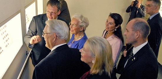 Bernhard Weisser mit Erivan und Helga Haub (v.l.n.r.) sowie ihrer Familie 2009 in dem Ausstellungsraum des Münzkabinetts im Pergamonmuseum. Foto: Staatliche Museen zu Berlin, Münzkabinett.