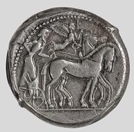 Syrakus, Tetradrachme, 485-479 v. Chr. Siegreiches Viergespann wird von einer Nike bekränzt. © Staatliche Antikensammlungen und Glyptothek München, Renate Kühling.