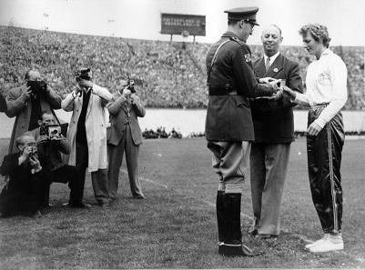 Fanny Blankers-Koen and Prinz Bernhard meeting at the Olympia stadium in Amsterdam June 26, 1949. Photo: Ben van Meerendonk / AHF, IIS Collection, Amsterdam / CC BY-SA 2.0