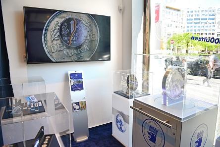 Im Geschäft der Philoro Edelmetalle ist auch die weltweit größte Silberprägung zu sehen (im Bild vorne rechts): die 62,2 kg schwere Prägung auf den 200. Geburtstag von Karl Marx.
