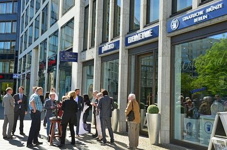 Produkte der Münze Berlin werden ab sofort bei Philoro Edelmetalle am Leipziger Platz im Rahmen einer shop-in-shop-Kooperation präsentiert und können auch dort gekauft werden.