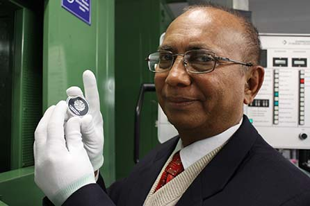 The Director of the Central Bank of Bangladesh is pleased with the commemorative coins minted in Stuttgart. Photograph: Nico Leithoff.