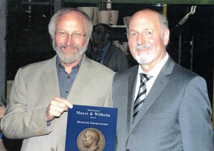 Adolar Wiedemann (l.) und Bernd Kaiser (r.) freuen sich über das neue Buch.