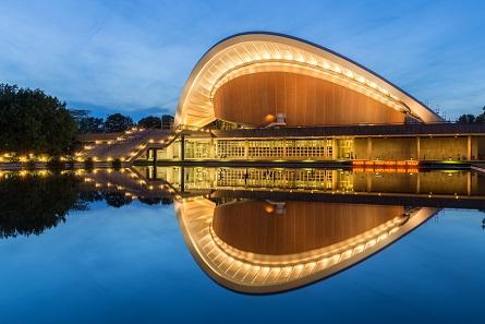 Die Kongresshalle bei Nachtbeleuchtung im Spiegelteich. Foto: Ansgar Koreng / CC BY-SA 3.0 (DE).