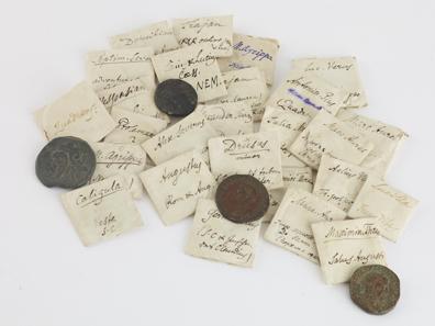 Jacob Burckhardts kleine Sammlung römischer Münzen in Originaltütchen. Foto: HMB Natascha Jansen. © Historisches Museum Basel.