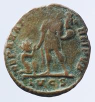 """Eine der spätesten Münzen der kleinen Kollektion: Kupferne Prägung des als """"Maximus (tyrannus)"""" bezeichneten Kaisers Magnus Maximus (383-388). Foto: HMB Alwin Seiler. © Historisches Museum Basel."""