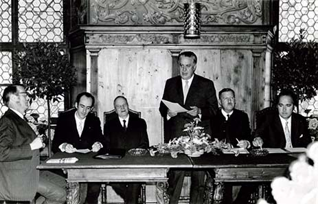 Die Gründungssitzung im Haller Rathaus am 13. Juni 1971. Von links nach rechts: Hofrat Erich Egg, Mag. Heinz Tursky (der momentane Präsident), Hofrat Dr. Hans Hochenegg, Obermedizinalrat Dr. Ludwig Winkler (Gründungspräsident), Hans Norz, Dr. Erich Locher - Bild: TNG.