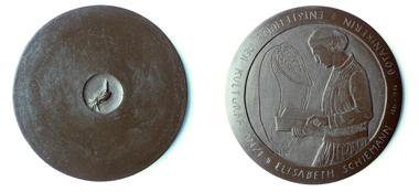 Diese Medaille von Almuth Lohmann-Zell zeigt Elisabeth Schiemann, die sich nicht nur einen Namen als Genetikerin machte, sondern auch als Widerstandskämpferin gegen das NS-Regime kämpfte. Foto: Almuth Lohmann-Zell.