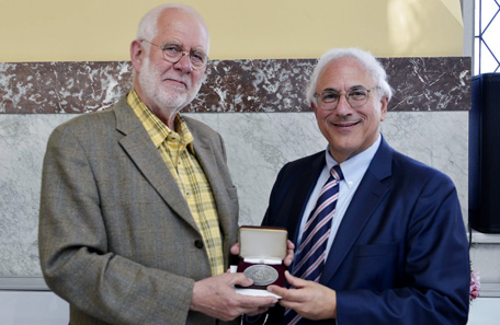 Donald Scarinci, Chairman of the Saltus Award Committee of the American Numismatic Society, presented the J. Sanford Saltus Award to Dutch artist Geer Steyn at the American Delegation reception in the Canadian Museum of Nature.