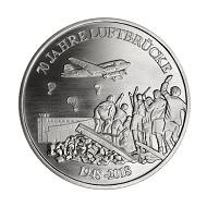 Die Gedenkprägung erscheint in .333 Silber und wurde gestaltet von Kerstin Schubert und Dr. John Provan.