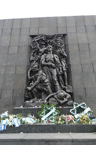 The monument for the dead of the Warsaw Ghetto. In Germany, it is mostly known because of the Warschauer Kniefall by Willy Brandt. This spontaneous gesture of humility and penance towards the unimaginable became a symbol of the new German eastern policy. Photo: UK.