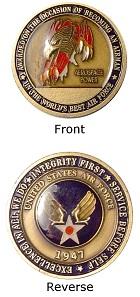 Wer genau hinschaut, stellt fest: Diese challenge coin erhielt ein Soldat bei seinem Eintritt in die US Airforce 1947. Sie weist keinen Nennwert auf, ist also eine Medaille.
