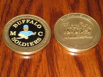Auch der völlig unmilitärische Motorradclub National Buffalo Soldiers Motorcycle Club gibt mittlerweile challenge coins aus. Die muss man sich aber verdienen.