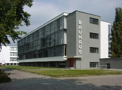Das von Walter Gropius entworfene Bauhaus-Gebäude Dessau in der heutigen Rekonstruktion. Foto: Mewes / Wikicommons.