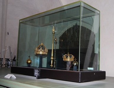 """The imperial regalia placed in a """"safety display cabinet"""" before the theft. Picture from 2008: UK."""