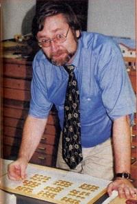 Karl-Josef Gilles zeigt 1998 bei einem Besuch von Ursula Kampmann im Münzkabinett des Rheinischen Landesmuseums in Trier stolz ein Tablett mit Münzen aus dem Trierer Goldmünzenfund. Foto: UK.