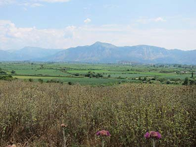 The Nekromanteion is situated in a fructiferous alluvial plain at the foot of mountains. Photograph: KW.