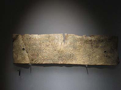 Bleitäfelchen mit der Anfrage an das Orakel. Museum Ioannina. Foto: KW.