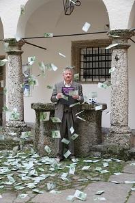 Der Künstler Julius Deutschbauer in einer Performance im Hof des Traklhauses. Foto: Kunst im Traklhaus.