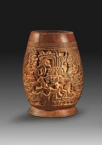 Los 54: Guatemala. Maya. Spätklassische Periode Ca. 550-950 n. Chr. Becher mit Reliefdekor aus rötlichem Ton. H. 18,6 cm. Taxe: 2.500 Euro.