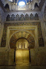 The qibla wall, decorated with mosaics. Photo: KW.