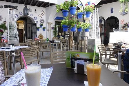Sie glauben gar nicht, wie viele vom Reiseleiter gehetzte Touristen uns und unserem ruhigen Platz in der Taberna Los Geranios einen neidvollen Blick zuwarfen. Foto: KW.