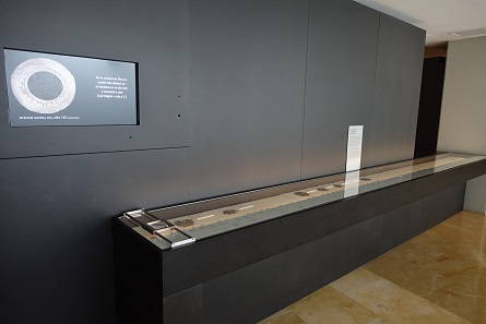 The large showcase with coins is positioned before of the actual entrance to the exhibition. Photo: KW.