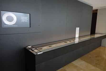 Die große Vitrine mit Münzschätzen steht noch vor dem Eingang zur Ausstellung. Foto: KW.