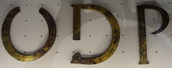 Bronze-Buchstaben einer Monumentalinschrift des 3. Jh. n. Chr. Foto: KW.