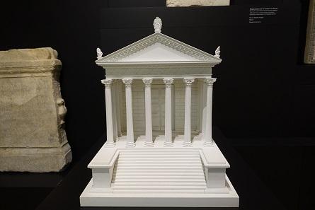 Die Überreste des römischen Tempels und seine Rekonstruktion im archäologischen Museum. Foto: KW.
