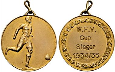 Los 1069: Tragbare Goldmedaille des Wiener Fußballvereins für die Cupsieger 1934/35. Rv. feine Kratzer. f. vz. Startpreis: 200 Euro.