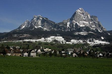 Ein Blick auf Schwyz mit dem großen und dem kleinen Mythen. Foto: Roland Zumbühl / CC-BY 3.0.