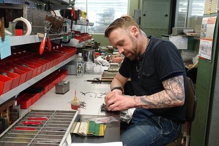 Der Reparaturdienst für lieb gewonnene Begleiter. Foto: UK.