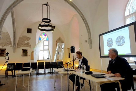 Christophe Flament (l.) speaking in the banqueting hall of the Great Guild. The session was presided by Jürgen Nautz (r.). Photo: UK.