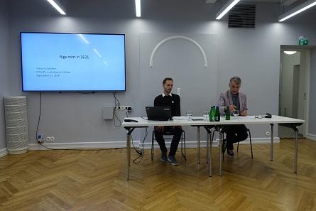 Viktors Dabolins (l.) spricht über Riga. Ivar Leimus (r.) präsidiert die Sitzung. Foto: UK.