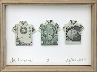 Gefaltete Banknoten von Jan Henderikse zeigen eine puristische Ästhetik, die in der Erscheinung zwischen Bild und Skulptur anzusiedeln ist.