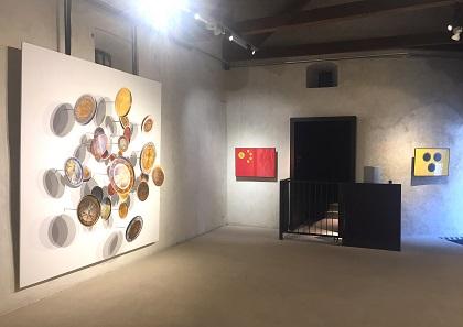 """Im Ritterraum findet sich das Werk """"Current Flag of China"""" von Lex Drewinksi aus dem Jahr 2013."""