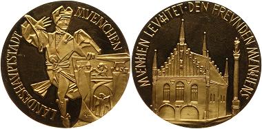 """G23*: München. Stadt. Gold-Verdienstmedaille o.J. (nach 1960, von Eberhard Luttner) """"München leuchtet"""". Moriskentänzer, rechts Wappenschild, Umschrift. Rs.: Altes Rathaus, Umschrift. 50 mm; 69.80 Gramm. Fast Stempelglanz für 3.100,- Euro."""