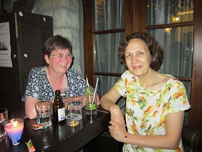 In einer Kneipe am Ufer des Sees von Ioannina. Links: Ursula Kampmann; rechts: Katerini Liampi. Foto: KW.