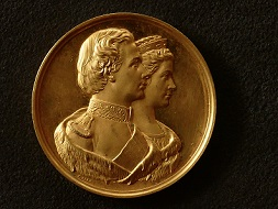Medal minted on the occasion of the planned wedding of King Ludwig II of Bavaria and Duchess Sophie Charlotte in Bavaria, busts in high relief (obverse) and inscription (reverse), private collection, 1867.