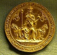 Kaiser Ludwig IV. thront zwischen zwei Löwen (Avers), Goldbulle, 1328, Staatliche Münzsammlung, München.