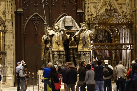 The tomb of Christopher Columbus is always surrounded by tourist crowds. Even though, from an artistic point of view, it is just awful! Photo: KW.