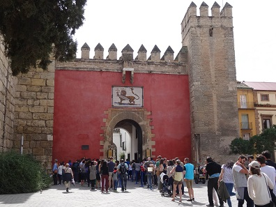 A long line was waiting in front of the alcazar. Photo: KW.