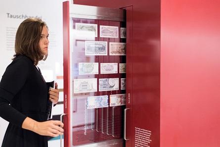 Besucherin beim Betrachten österreichischer Banknoten. Foto: OeNB © Michael Gruber.